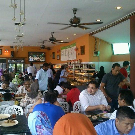 Photo taken at Restoran Sambal Hijau by anuarnordin on 10/11/2011