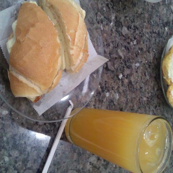 Minas quente + suco de laranja é o que eu recomendo.