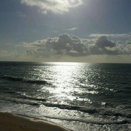 Foto tirada no(a) Praia Mirante da Sereia por Douglas T. em 10/13/2011
