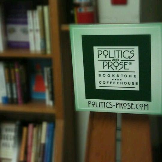 Foto tirada no(a) Politics & Prose Bookstore por Ogun H. em 4/21/2012