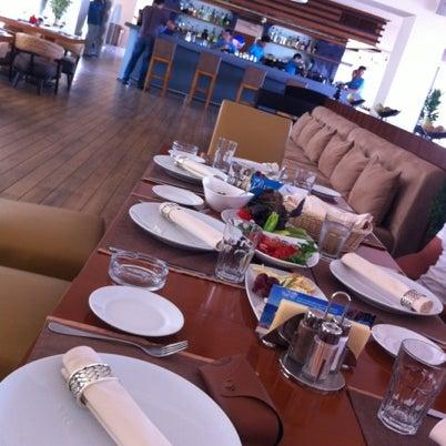 Снимок сделан в Shore House Lounge пользователем Lili M. 7/21/2012