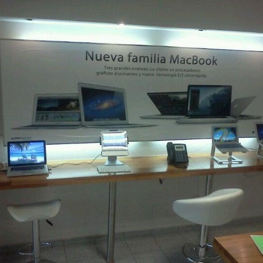 Showroom para probar el ipad, ipod, imac, parlantes, etc. Rico café también!