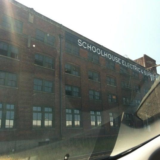 7/9/2012 tarihinde Jennifer S.ziyaretçi tarafından Schoolhouse Electric & Supply Co.'de çekilen fotoğraf