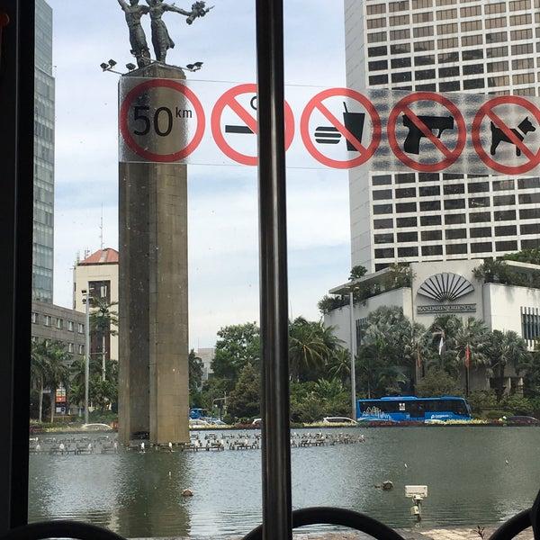 Photo taken at Bundaran Hotel Indonesia (Monumen Selamat Datang) by Janner A. on 3/13/2017