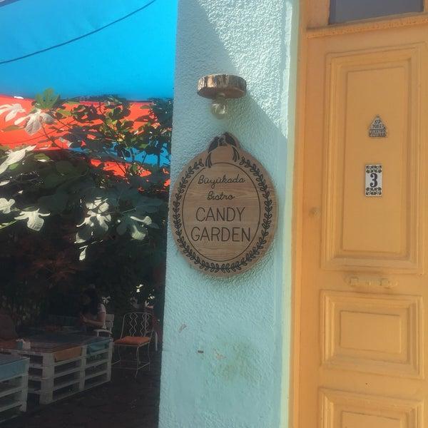 Das Foto wurde bei Büyükada Bistro Candy Garden von Tülin E. am 7/29/2018 aufgenommen