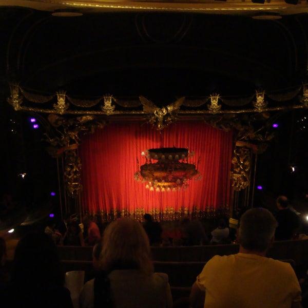 Ölmeden önce yapılacaklar listemdeydi The Phantom of the Opera. Tarihi bir tiyatro olduğu ve sahnelenen eseri çok izlemek istediğim için daracık koltuk aralarına katlandım.