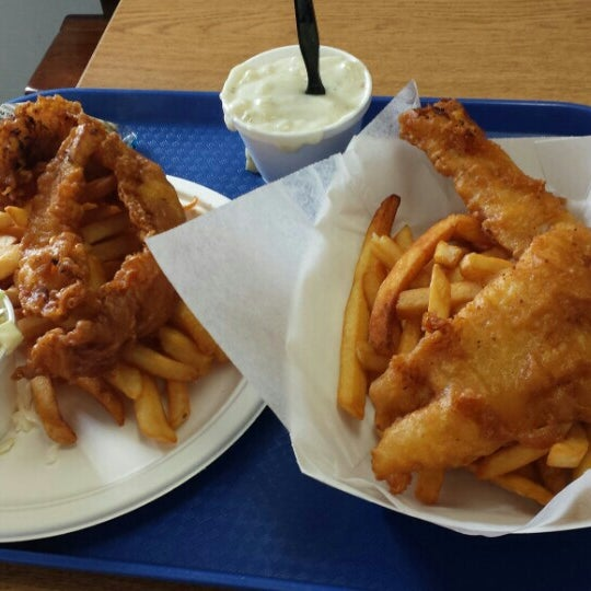Photo taken at Harbor Fish and Chips by Leti C. on 3/28/2014