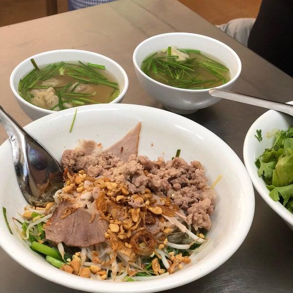 Photo taken at Mì Vằn Thắn Đinh Liệt by Marc R. on 7/12/2018