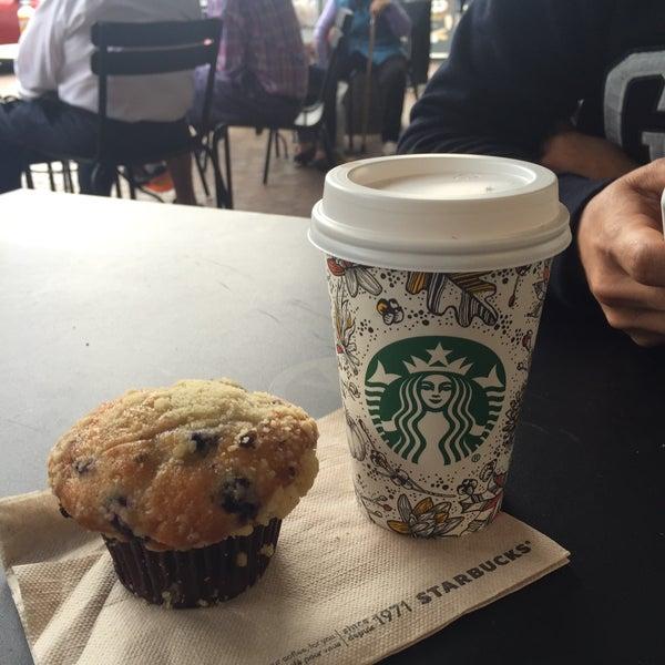 รูปภาพถ่ายที่ Starbucks โดย Mimí C. เมื่อ 9/29/2015