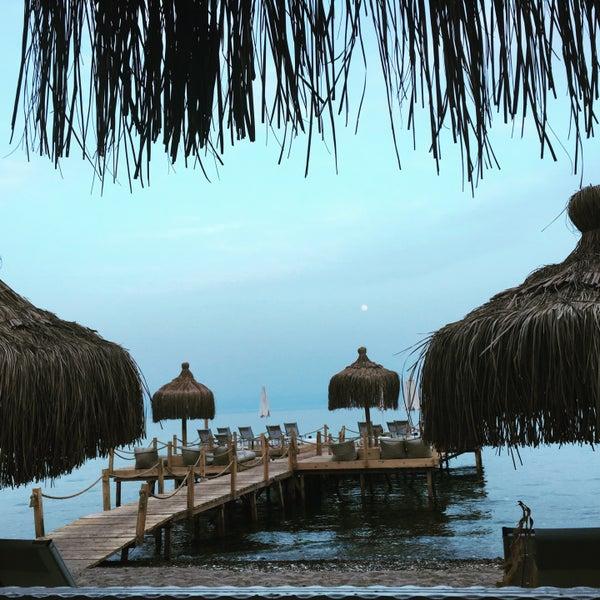 Bu rotada yer arıyorsanız hiç düşünmeden gelin güleryüzlü lezzetli keyifli bir hotel.özel mimarisi palmiyeleri sahil kumuyla özel bir otel.güzel müzik ,dinlenme ve keyif için gelin