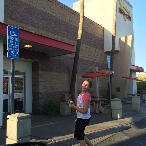 Photo taken at In-N-Out Burger by Leonardo T. on 5/13/2014