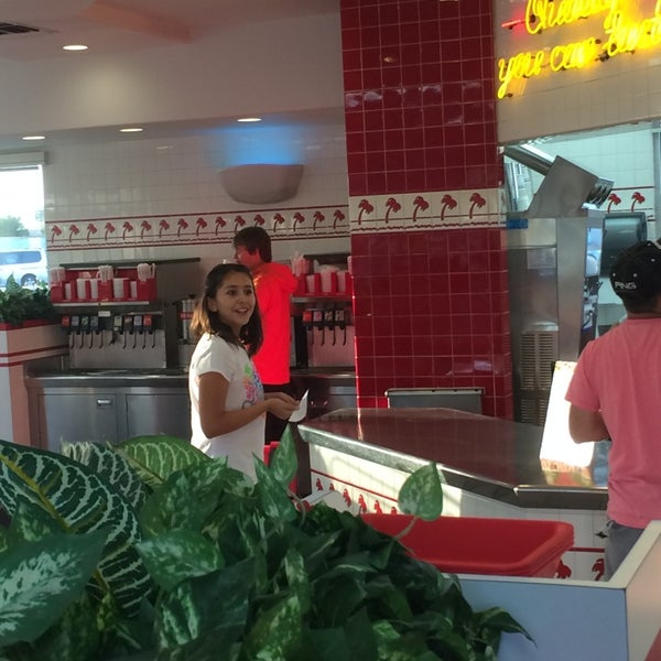 Photo taken at In-N-Out Burger by Leonardo T. on 4/15/2014