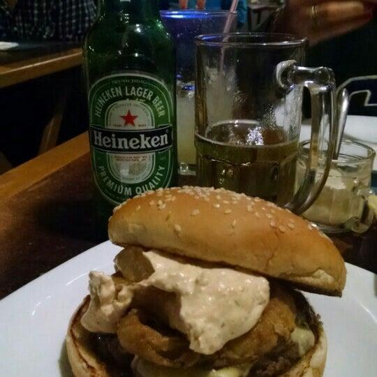 Foto tirada no(a) V8 Burger & Beer por Ronny S. em 6/7/2015