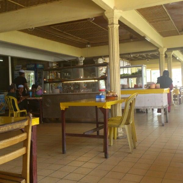 Photo taken at Restoran Lempeng by Fuad R. on 4/27/2013