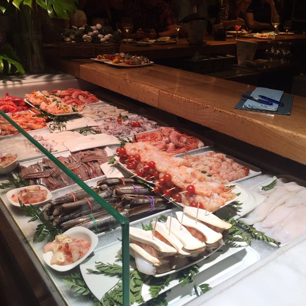 Excelente lugar de tapas!! Muy recomendable, comida exquisita y fresca! No hacen reservas y siempre esta lleno, pero vale la pena la espera!