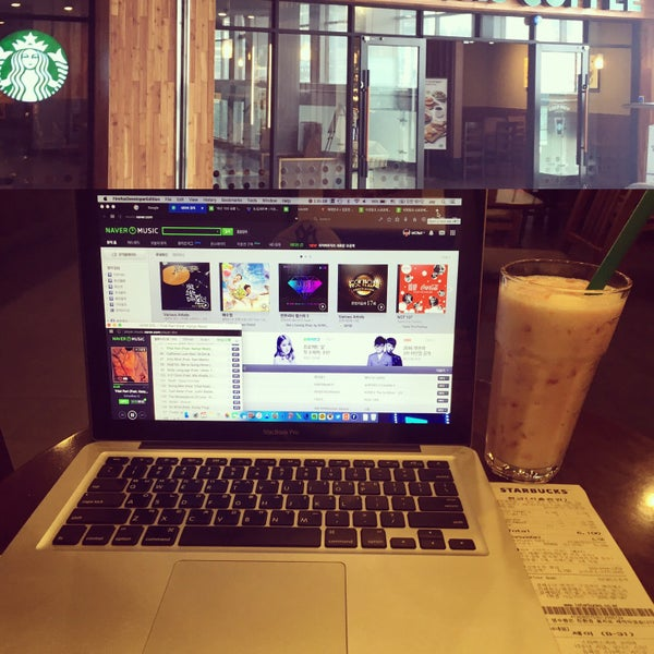 Photo taken at Starbucks by Jaehwa C. on 7/31/2016