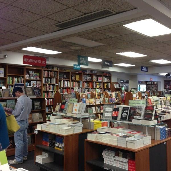 Foto tirada no(a) Politics & Prose Bookstore por Andrea L. em 5/25/2013