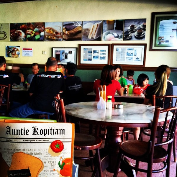 Photo taken at Auntie Kopitiam by Danny G. on 8/30/2014