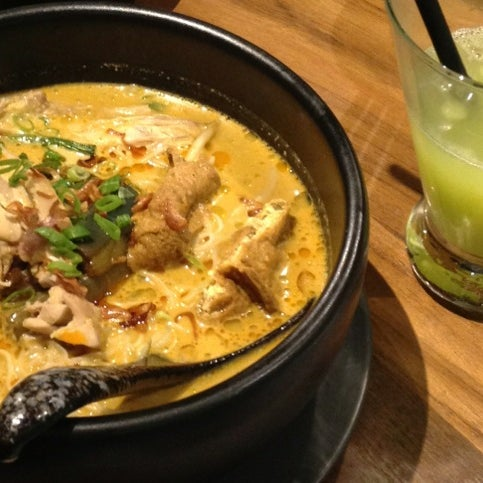 The Chicken Laksa is superb. It's fillings; stir fried string beans, fried eggplant, beancurd and chicken are tasty yet perfectly cooked & mix well with the light yet tasty santan based broth. Nyum!