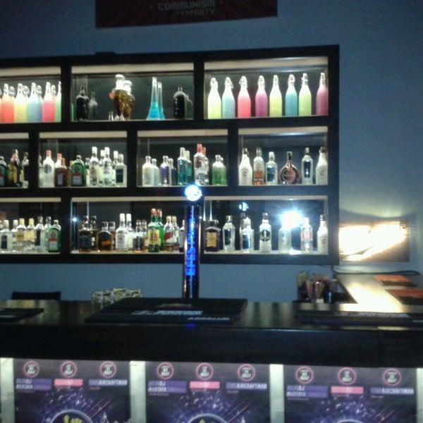 3/22/2013 tarihinde Fırat A.ziyaretçi tarafından Up Shot Bar'de çekilen fotoğraf