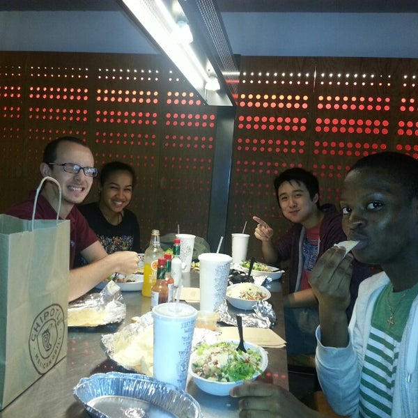 Photo taken at Chipotle Mexican Grill by Sissi Z. on 8/9/2013