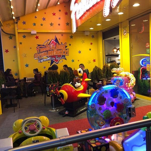 2/6/2018 tarihinde Fantasyland Oyun Merkezi & Coffeeziyaretçi tarafından Fantasyland Oyun Merkezi & Coffee'de çekilen fotoğraf