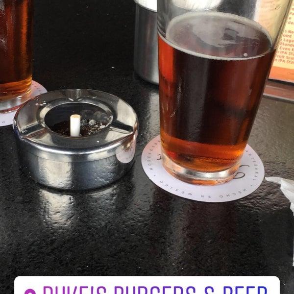 Foto tomada en Duke's Burgers & Beer por Cesar el 8/21/2018