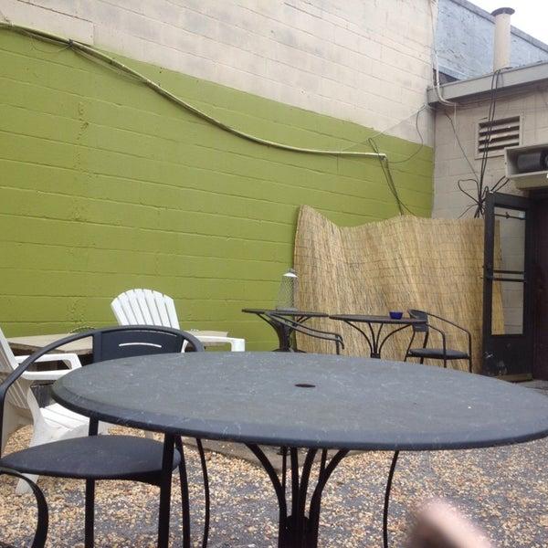 Foto tirada no(a) Crestwood Coffee Co. por Kristen👸🏻 B. em 5/15/2013