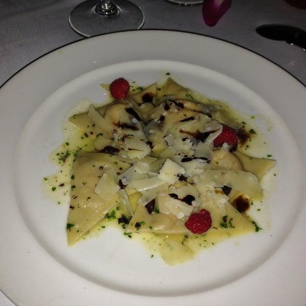 Ravioles de Foie Gras con láminas de queso parmesano y salsa de chocolate... Siento que estoy en el cielo ...