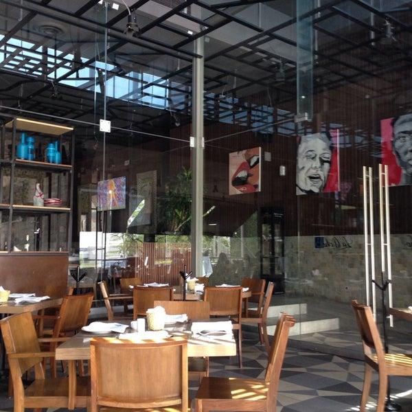 Снимок сделан в La Ocho Restaurante пользователем Francisco B. 5/11/2014