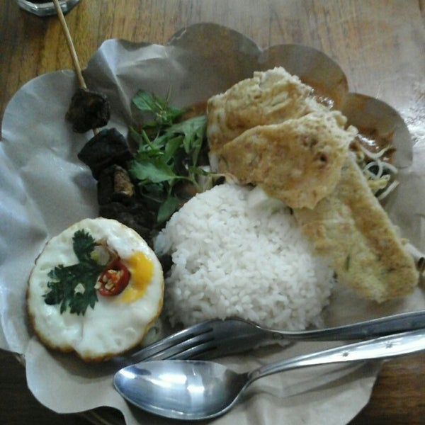 Photo taken at Nasi Pecel Bu Tinuk by Anne S. on 11/2/2015