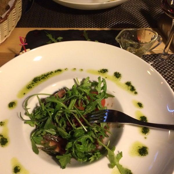 Очень вкусный чизкейк, тёплый салат с говядиной божественный, обслуживание потрясающее, в устрицах ничего не понимаю, но было вкусно