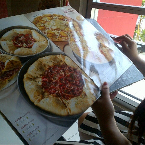 Photo taken at Pizza Hut by Vicky R. on 8/11/2013