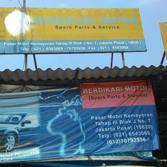 Photo taken at Pasar Mobil Kemayoran by Nanda on 9/11/2014