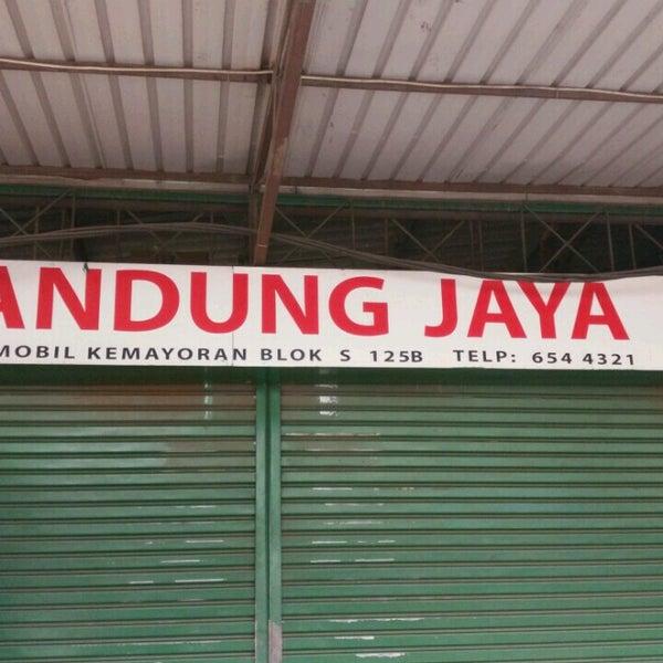 Photo taken at Pasar Mobil Kemayoran by Nanda on 8/27/2016