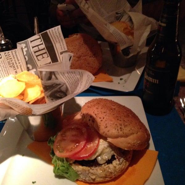 Muy buena comida (nachos, hamburguesas,postres) y buena atención! Súper recomendado!