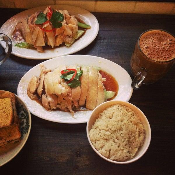 Photo taken at 五星海南鸡饭 | Five Star Hainanese Chicken Rice by Phoenix T. on 4/11/2014