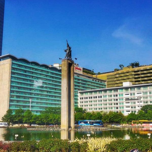Photo taken at Bundaran Hotel Indonesia (Monumen Selamat Datang) by Kurniawan A. on 5/5/2017