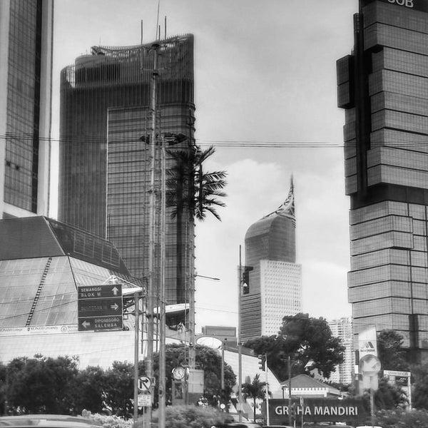 Photo taken at Bundaran Hotel Indonesia (Monumen Selamat Datang) by kurniawan a. on 1/16/2017