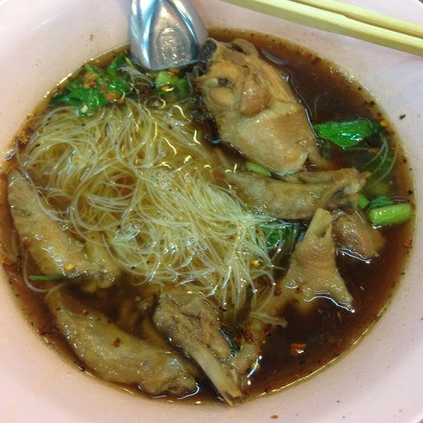Photo prise au ร้านยืนรอ ก๋วยเตี๋ยวน่องไก่ตุ๋น par Ling L. le11/