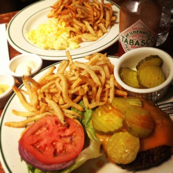 De las mejores hamburguesas de NY, las french fries son excelentes!! Recomiendo las mesas de atras bajo la cristalera y probar el Pomerade Ginger Lemonade.