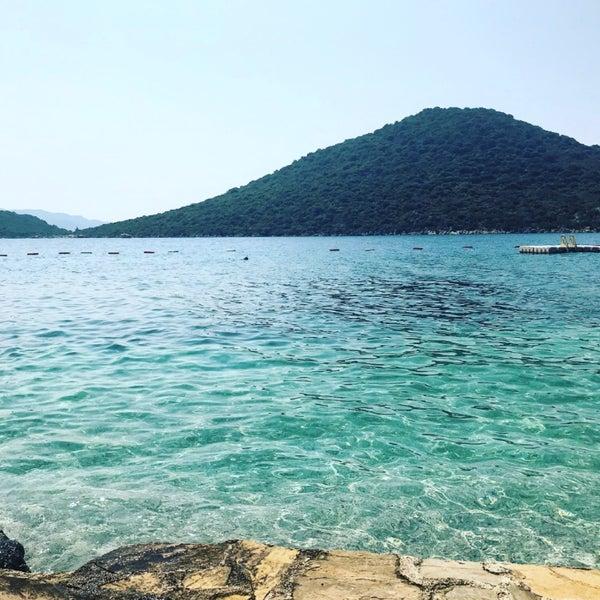 Das Foto wurde bei Olympos Mocamp Beach Club von Esra Y. am 8/27/2018 aufgenommen