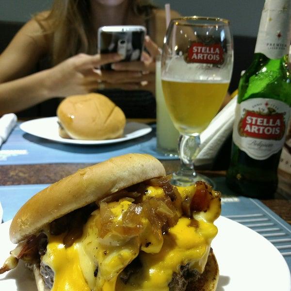 Foto tirada no(a) V8 Burger & Beer por Fernando P. em 1/14/2017