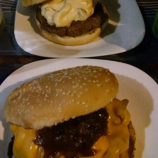 Foto tirada no(a) V8 Burger & Beer por Fernando P. em 2/8/2016