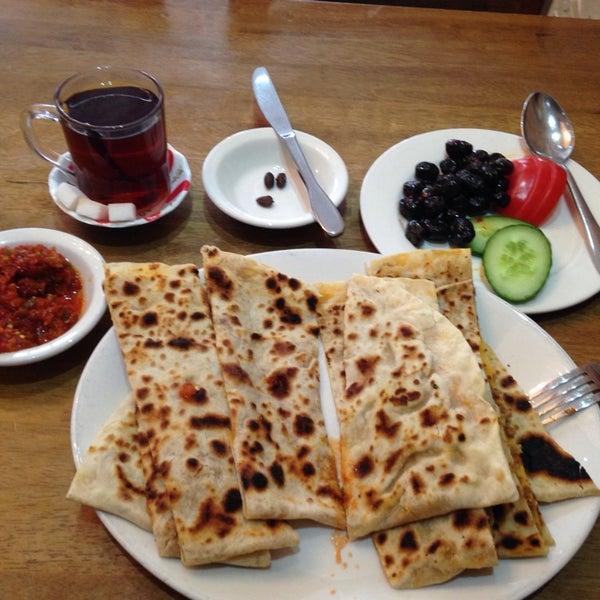 5/12/2014 tarihinde Ray O.ziyaretçi tarafından Hala Restaurant'de çekilen fotoğraf