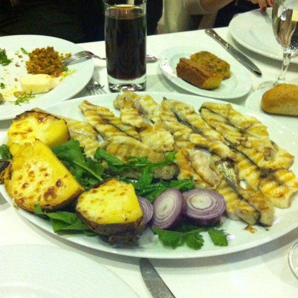 9/26/2013 tarihinde Bora B.ziyaretçi tarafından Foça Fish Gourmet'de çekilen fotoğraf