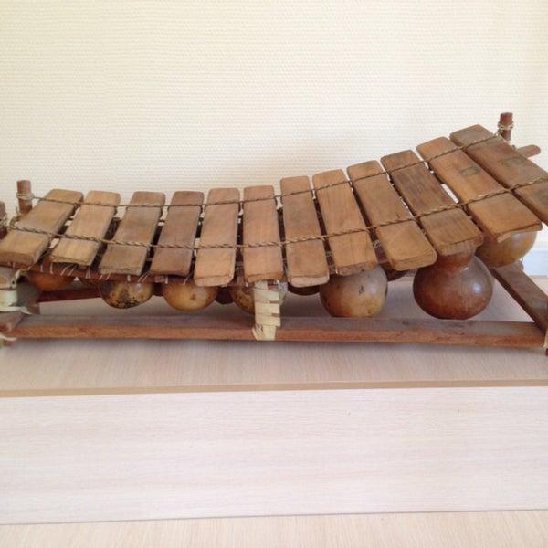 Интересные инструменты, можно играть на некоторых: гусли, глюкофон, калимба, укулеле.