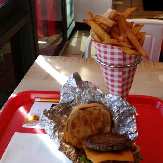 Foto tomada en F. Ottomanelli Burgers and Belgian Fries por Jeff C. el 3/24/2014