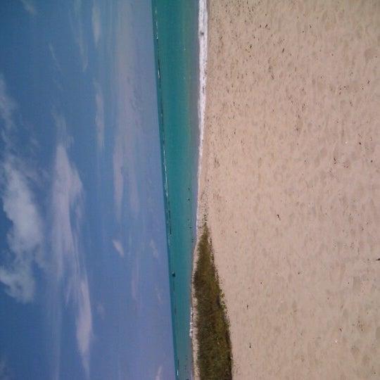 รูปภาพถ่ายที่ Praia de Guaxuma โดย Eugênio B. เมื่อ 12/27/2012