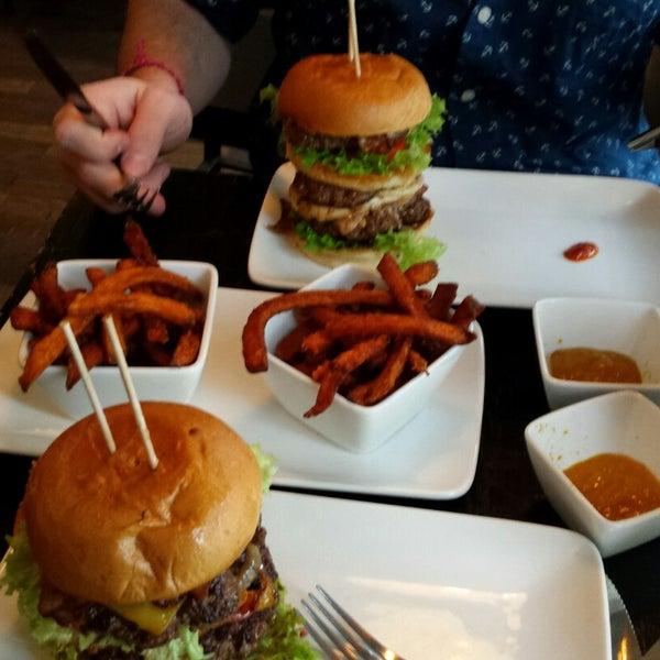 Das Foto wurde bei Holy Burger von Annette W. am 12/4/2014 aufgenommen